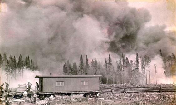 Incendie de foret a Fisher, aux d�©buts de la colonisation, et habitants locaux fuyant les lieux par train.