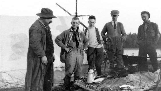 Hommes prenant la pause sur un site s�™apparentant a un camp de prospecteurs