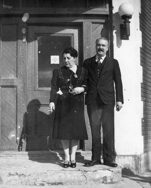 Berthe et Maurice B�©nard, propri�©taires, devant l�™Hotel Transcontinental