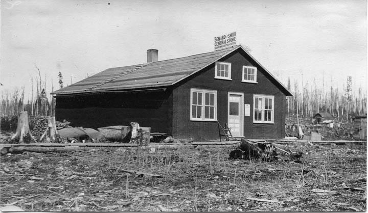 Magasin B�©nard & Smith, premier �©difice de planches bati sur le site de la future ville d'Amos